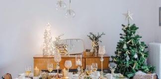 jak-udekorować-stół-na-boże-narodzenie-inspiracje-wnętrze-białe-choinka-święta-stół-złoty