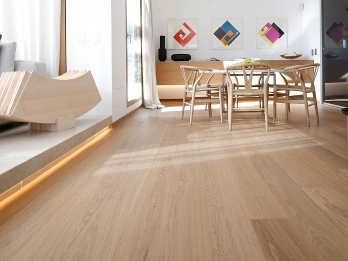 wnętrze z duszą drewno parkiet inspiracje kanapa regał biel szarość podłoga obrazy krzesłą