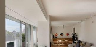 wnętrza z duszą mediolan inspiracje salon kanapa parkiet białe ściany