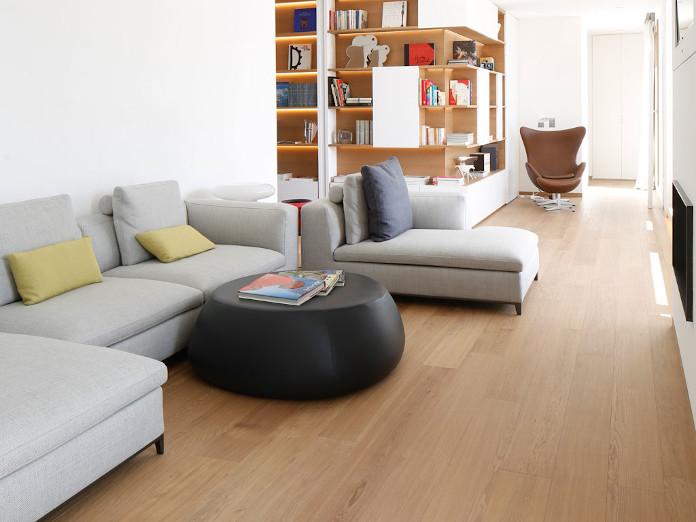 wnętrze z duszą drewno parkiet inspiracje kanapa regał biel szarość