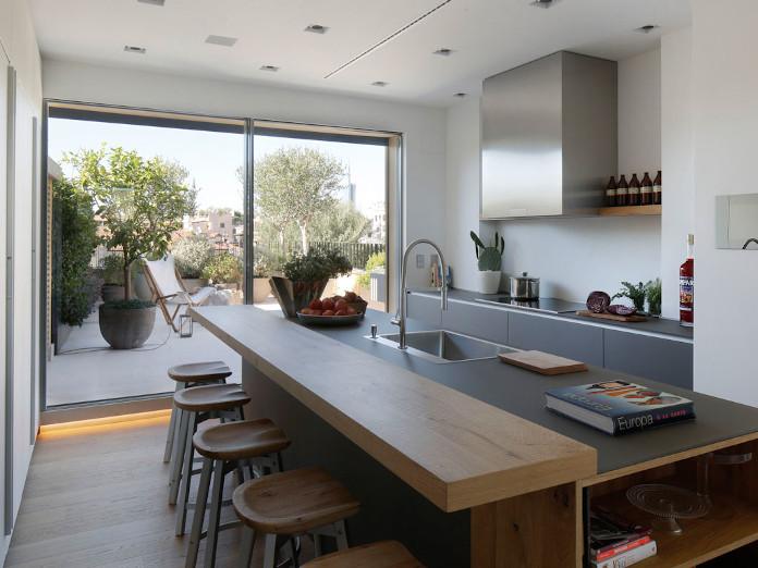 Kuchnia inspiracje apartament wnętrze z duszą w mediolanie stół krzesła hokery blat okap okno drewno