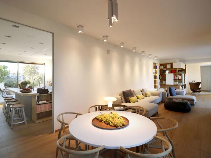 drewno parkiet inspiracje kanapa regał biel szarość stół jadalnia światło