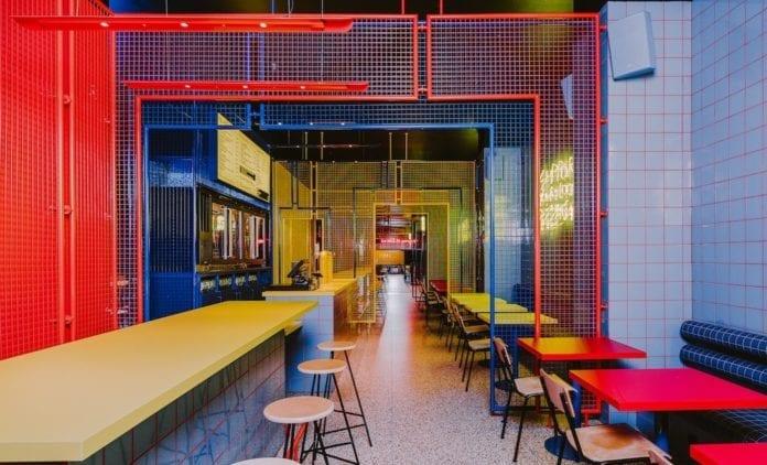 retro-restauracja-inspiracje-żółty-blat-kolorowe-śwciany-niebieski-czerwony