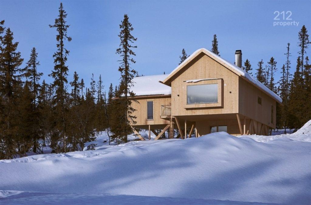 domek-lesie-śnieg-góry-szwecja-inspiracje-drewno