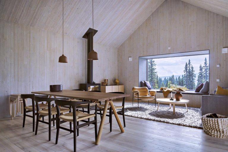 drewno-inspiracje-salon-z-aneksem-kuchnym-domek-w-lesie
