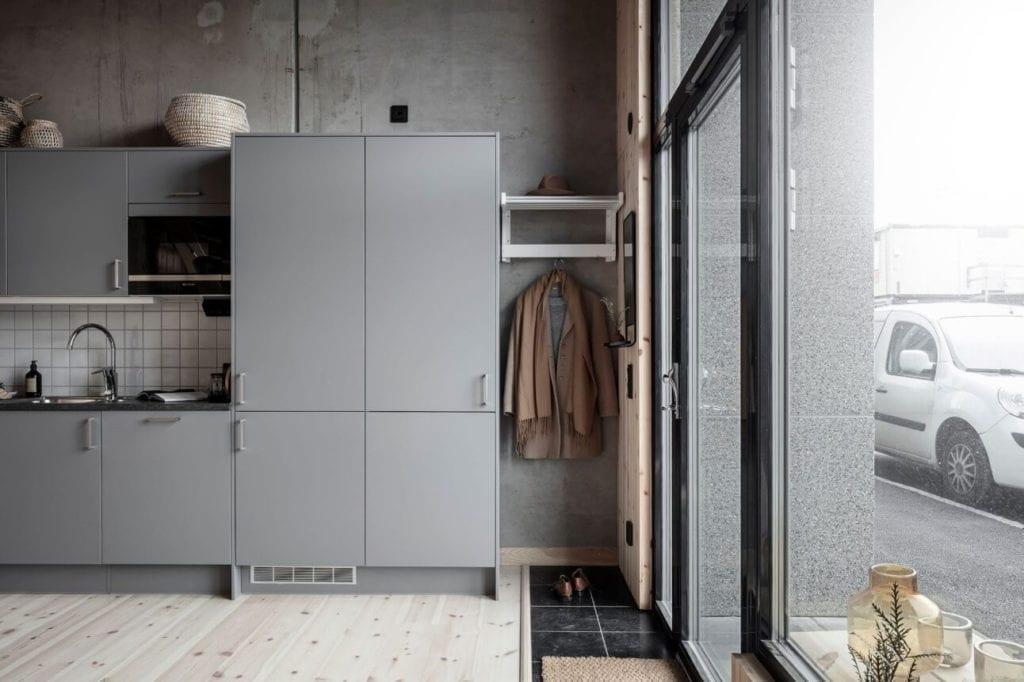 betonowa-ściana-zabudowa-kuchenna-szare-fronty