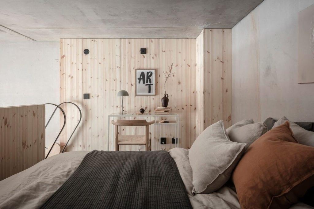 sypialnia-mieszkanie-na-parterze-sosnowe0dewno-inspiracje-łóżko-dwuosobowe-poduszki-dekoracyjne-koc-biuro-w-sypialni