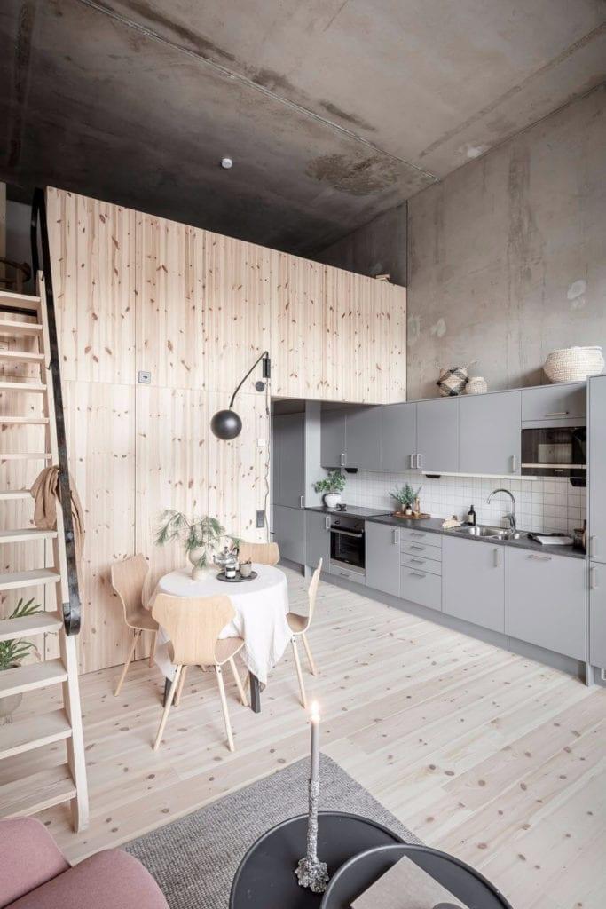 kuchnia-szare-fronty-inspiracje-drewniana-zabudowa-betonowe-ściany-mieszkanie-na-parterze