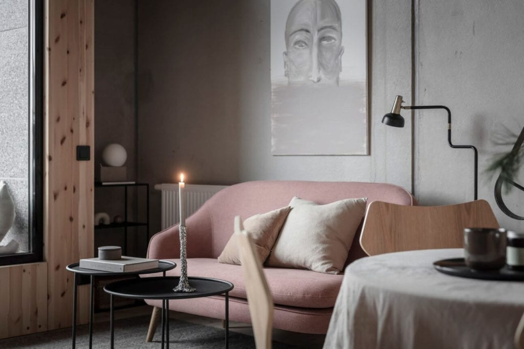 mieszkanie-na-parterze-inspiracje-różowa-kanapa-szara-ściana-stoliki-kawowe-lmpa