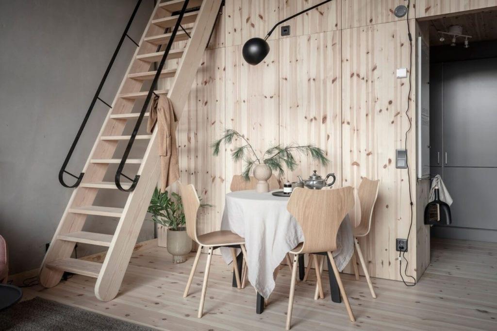 miezkanie-na-parterze-sosnowa-zabudowa-inspiracje-stół-jadalny-krzesła-schody-drewniane