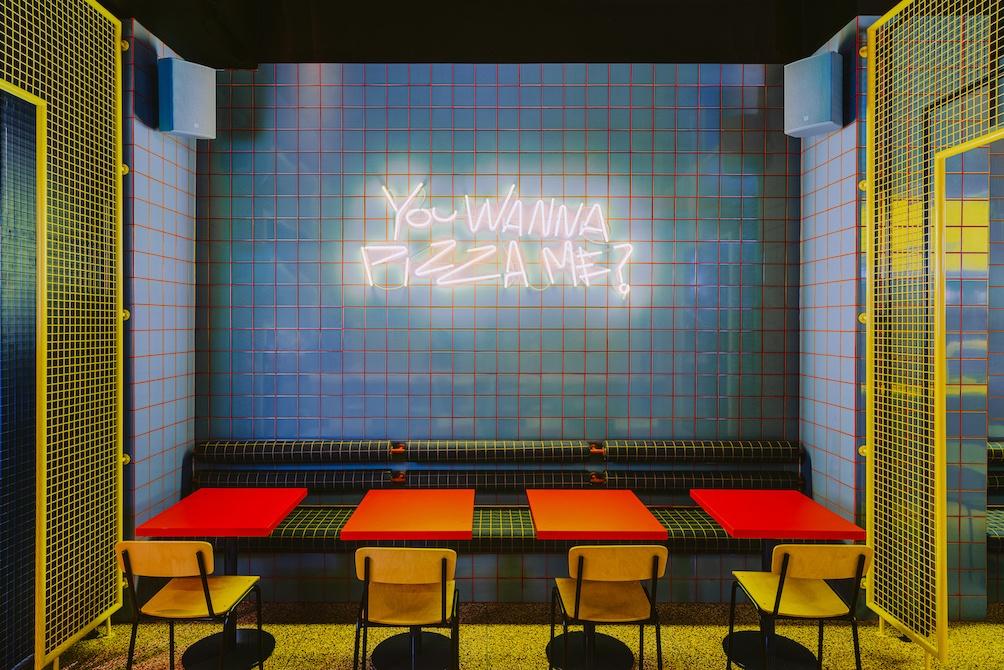 niebieskie-retrokafelki-inspiracje-żółte stoliki-przegrody-ażurowe-metalowa-siatka-wnętze