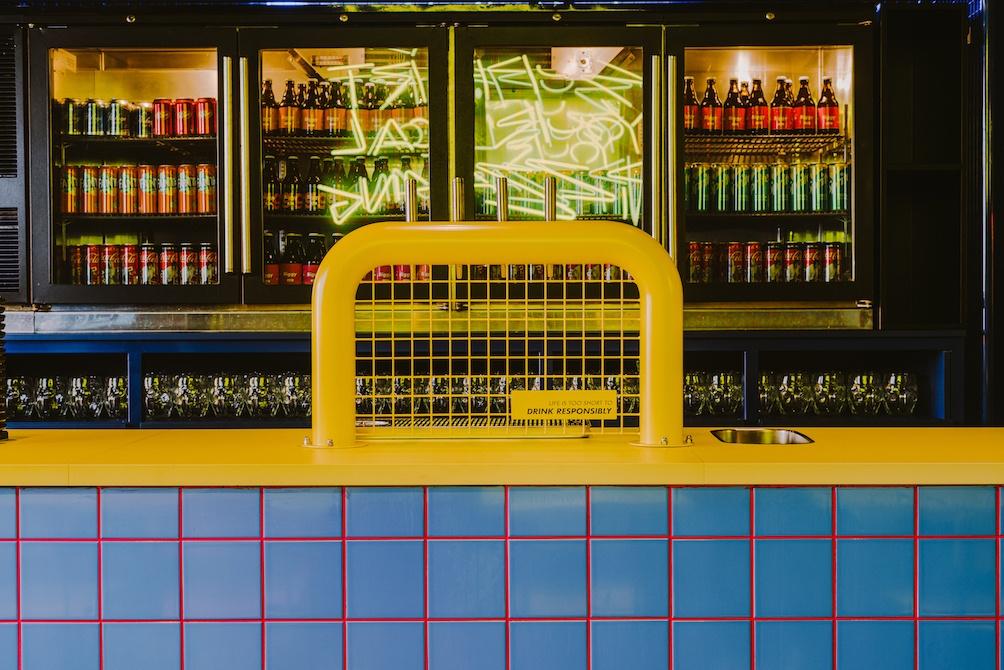 żółty-bar-niebieskie-kafelki-czerwone-fugi-bar-inspiracje-retro