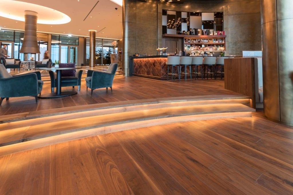 drewno-podłoga-orzech-deski-hotel-inspiracje