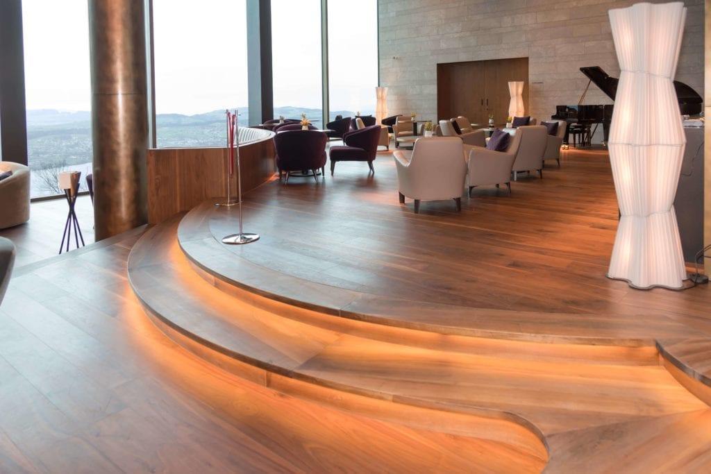 schody-we-wnętrzu-drewniane-z--orzecha-inspriacje-zabytkowy-hotel