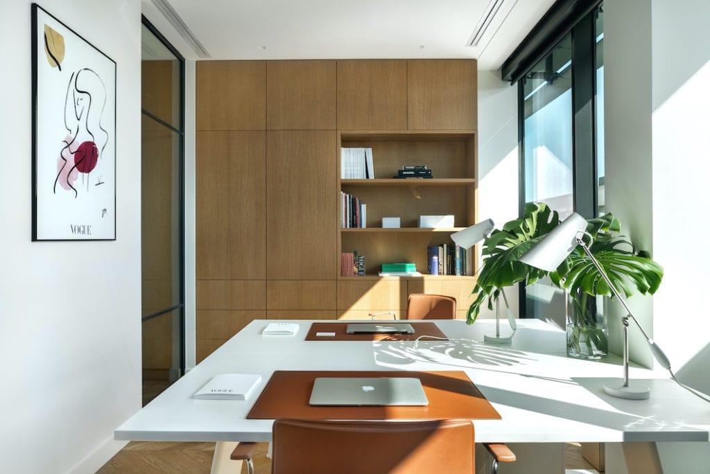 biuro-vogue-polska-inspiracje-wnętrze-brąz-skórzane fotele-biała-biurko-lampa-drewniane-szafy