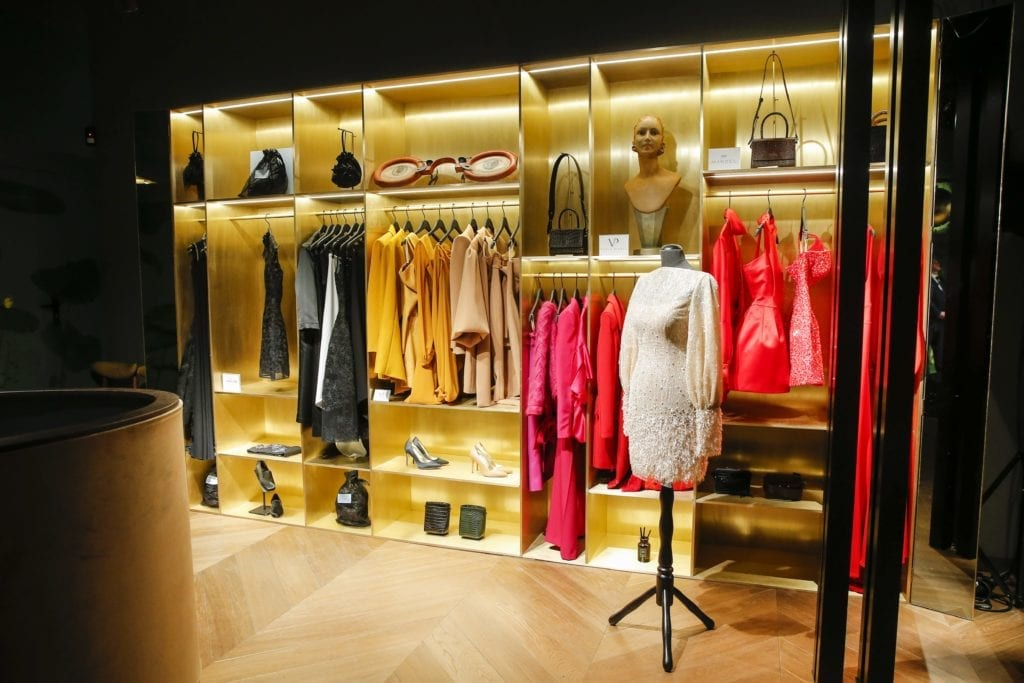 złote-półki-bogate-wnętrza-inspiracje-he-concept-store