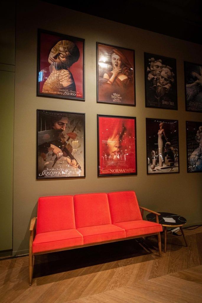 czerwona-sofa-retro-vintage-inspiracje-bogate-wnętrza