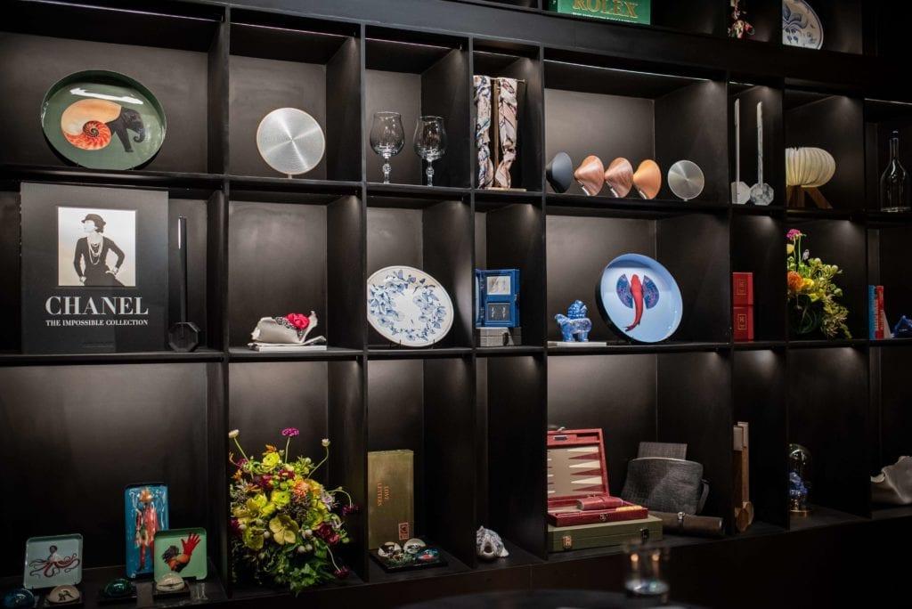 asortyment-butiku-he-concept-store-inspiracje-czarny-regał-bogate-wnętrza