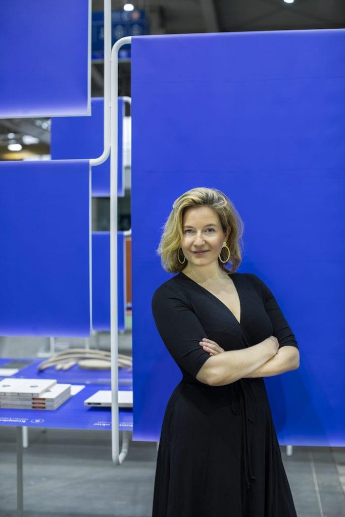 Arena Design Agata Nowotny na tle wystawy