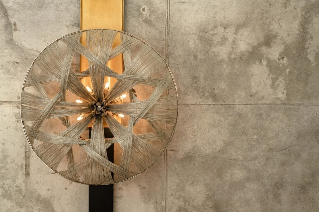 lampa-designerska-sufitowa-onspiracje-betonowy-sufit-luksusowe-apartamenty