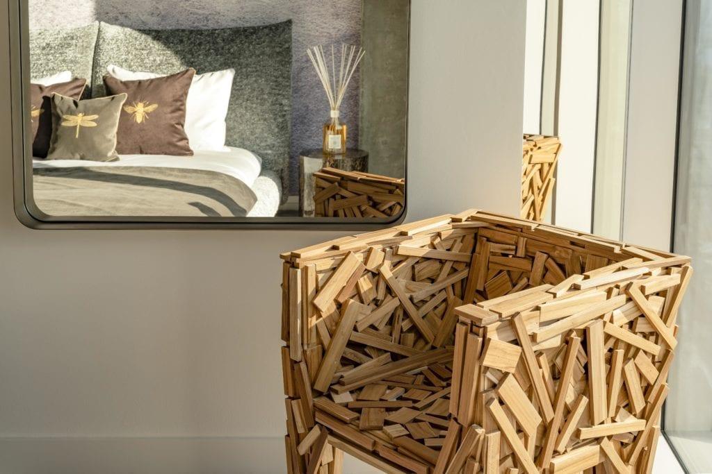 fotel-z-drewnianych-listew-inspiracje-lustro-luksusowe-apartamenty