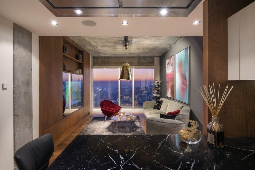 wnętrze-luksowe-apartamenty-na-złota-44-inspiracje-salon-drewno-marmur-beton