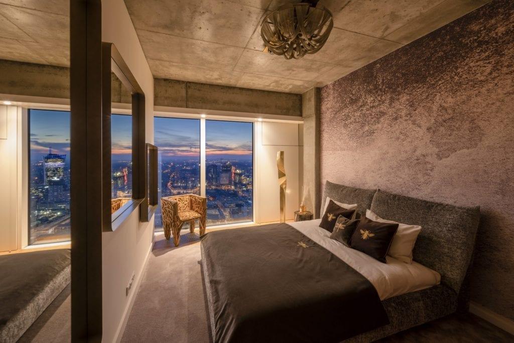 sypialnia-luksusowe-apartamenty-złota-44-nature-betonowy-sufit-duże-łóżki-panoramiczne-okna