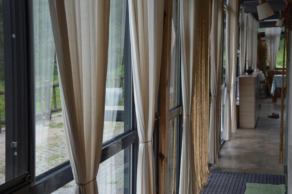 karnisze we wnętrzu duże okna
