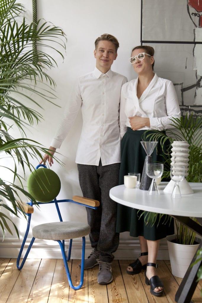 Arena Design PoliszDesign Para stojąca na tle roślin urban joungle