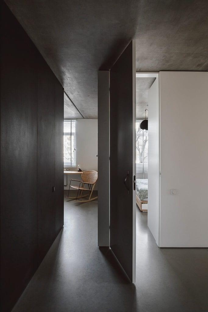 minimalizm-wnętrze-inspiracje-betonowy-sufit-szarna-ściana