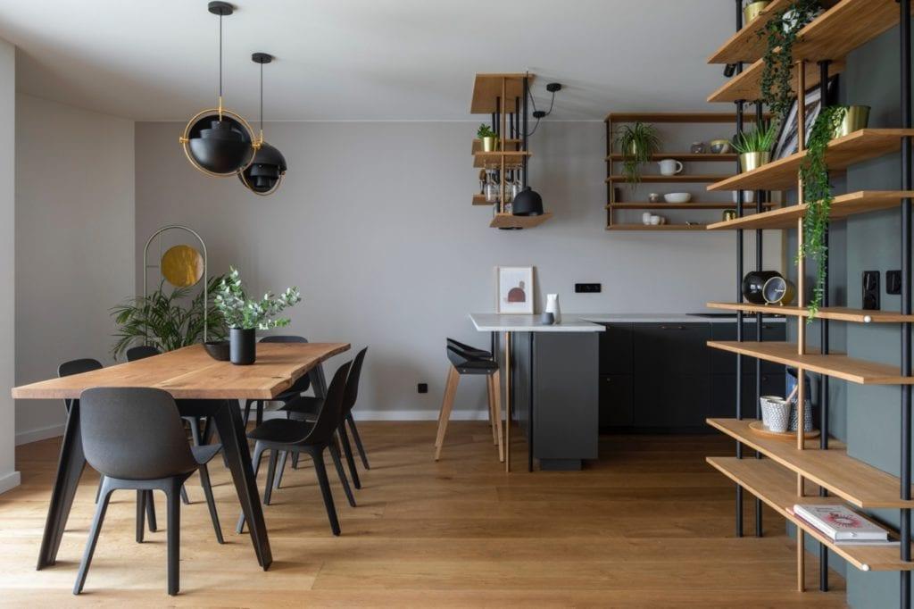 kuchnia-z-jadalnią-w-elegancki-apartament-inspiracje-drewniana-podłoga-redał-spiżarnia-półki