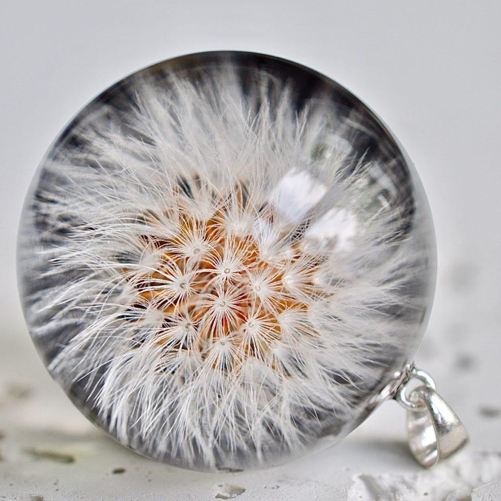 naszyjnik-z-dmuchawcem-w-środku-isnpiracje-żywica-biżuteria-prezent