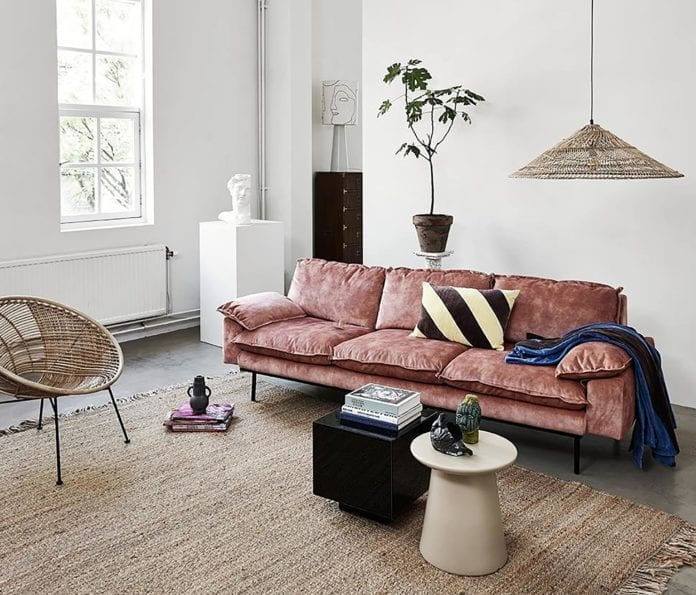 piękne-wnętrze-różowa-kanapa-welurowa-drewnainy-parkiet