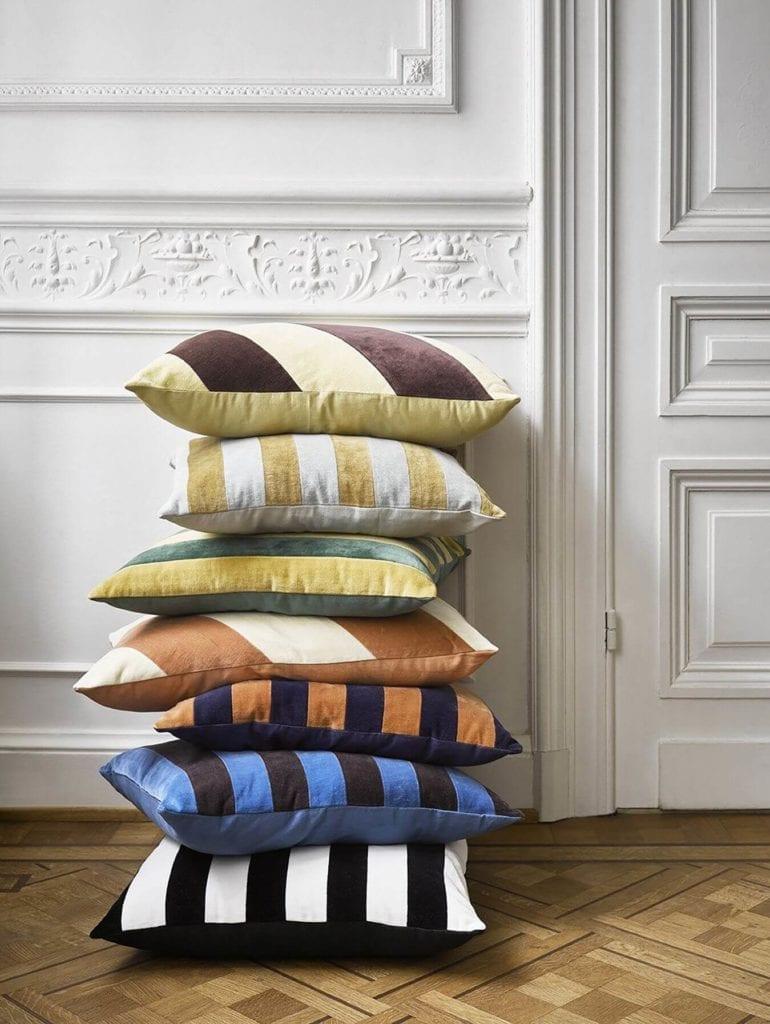 Poduszki-velvet-w-paski-jak-dekorować-wnętrza