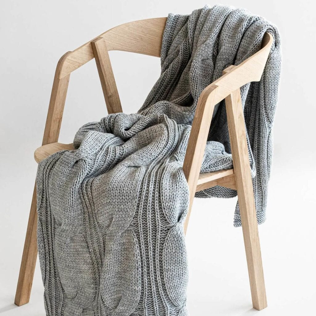 jak-dekorować-wnętrza-za-pomocą-tekstyliów-pled-szary-na-krześle