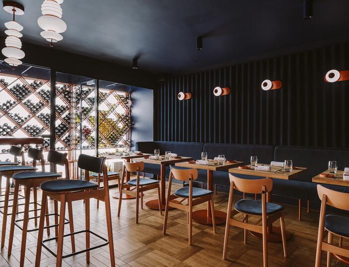wnętrze-restauracji-opasły-tom-inspiracje-granat
