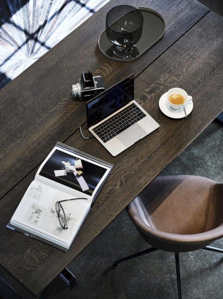 zdjęcie-inspiracje-drewniany-blat-krzesło-boconcept-praca-biuro-kreatywna-agencja