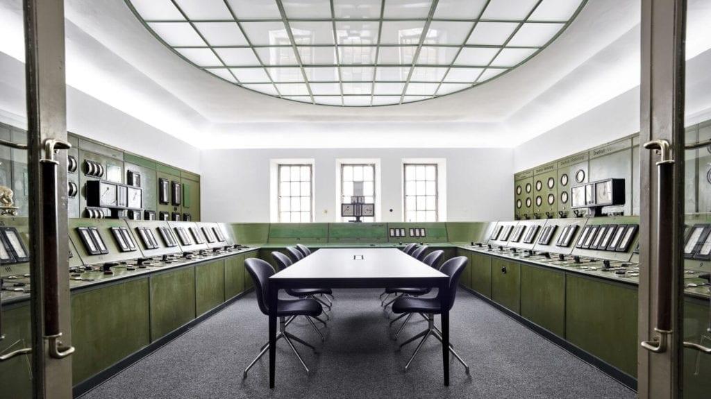 sala-konferencyjna-inspiracje-industrialny-styl-minimalizm-białe-ściany
