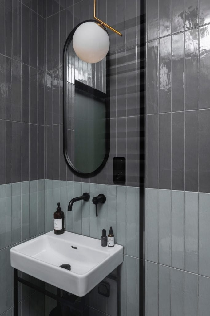 łazienka-inspiracje-detale-elegancki-apartament-kafle-podłużne-czarna-bateria-złota-lampa