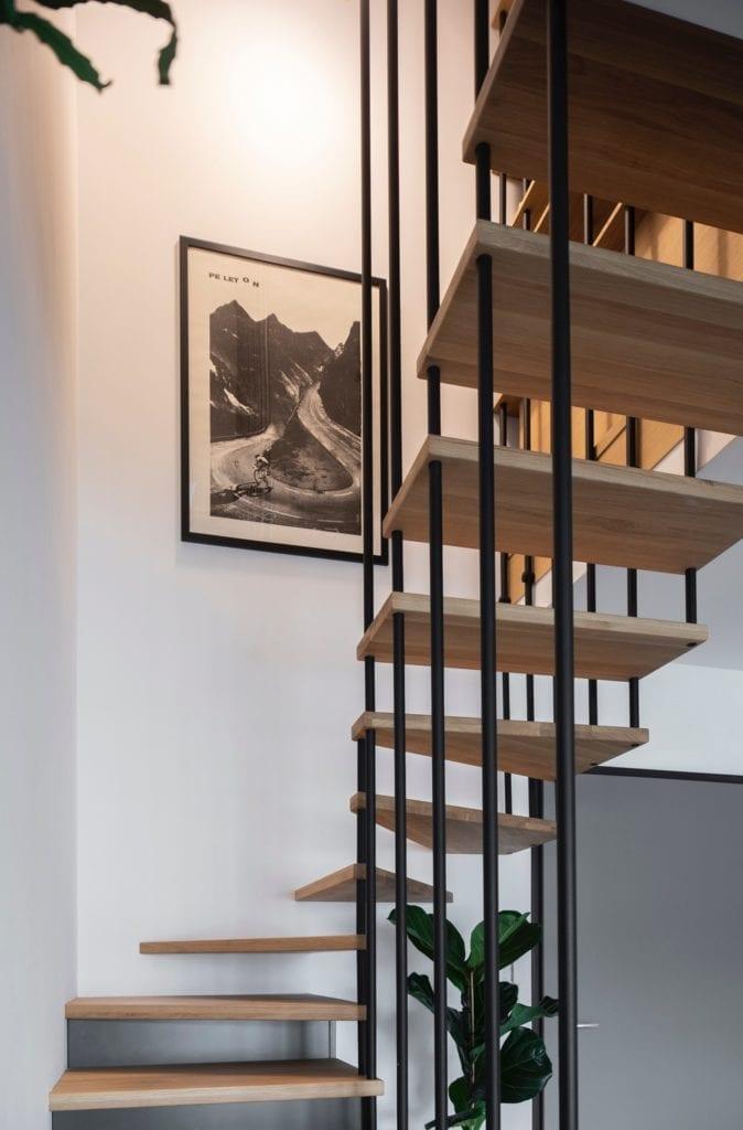 schody-dębowe-elegancki-apartament-metalowe-szprosy