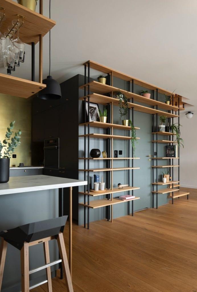 elegancki-apartament-drewniany-regał-metalowe-szprosy-kuchnia-półwysep-hokery