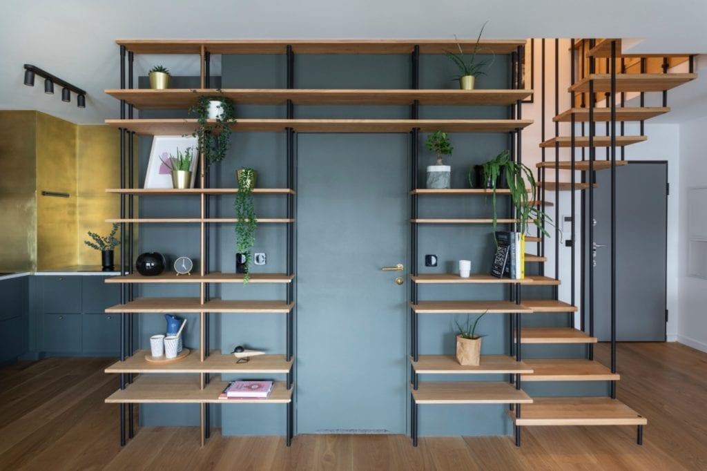 drewniany-regał-inspiracje-zielona-ściana