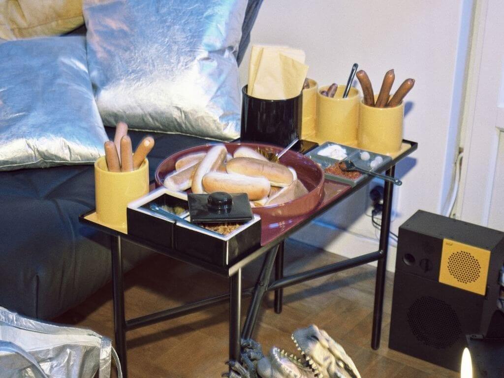 zestaw-naczyń-i-stolik-ikea-FREKVENS-dla imprezy-inspiracje-lata-90