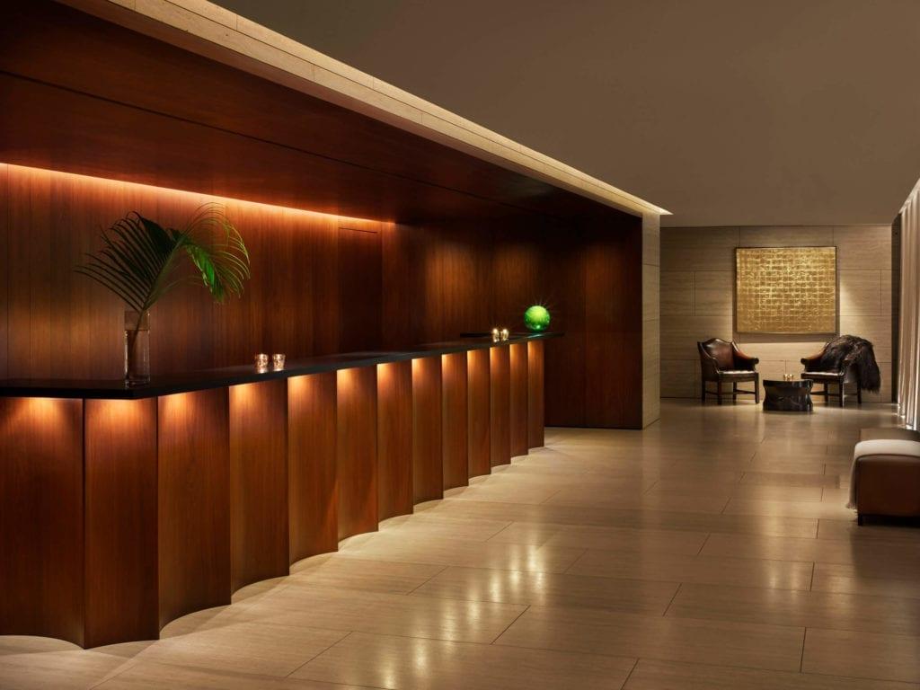 loby-inspiracje-luksusowy-hotel-wnętrze-hal-drewno