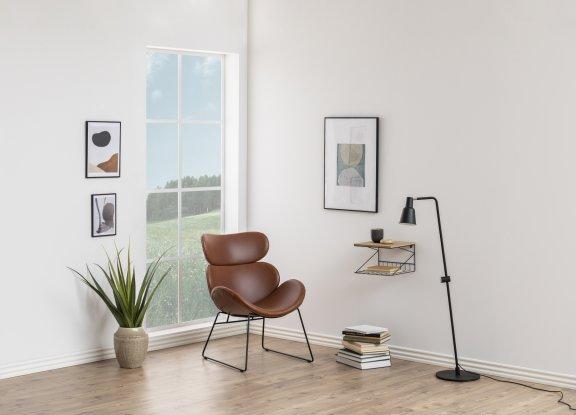 fotel-brązowy-ze-skóry-inspiracje-na-metalowych-nóżkach-okno-przytulny-slon-lampa-stojąca-roślina-obraz-półka