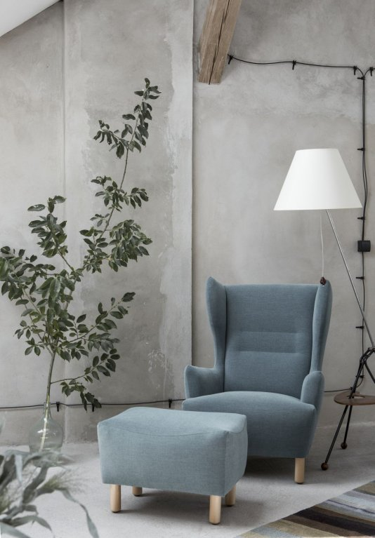 przytulny-salon-Fotel-Muno-Marbet-Style-inspiracje-podnóżek-lampa-betonowa-ściana-rośliny