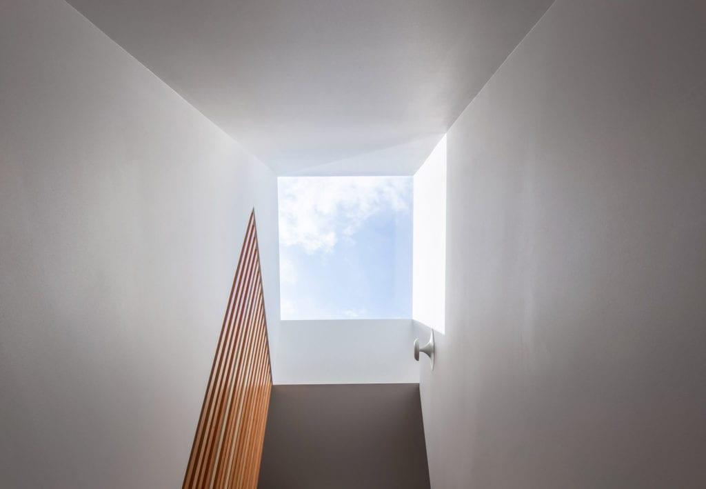 świetlik-dachowy-białe-ściany