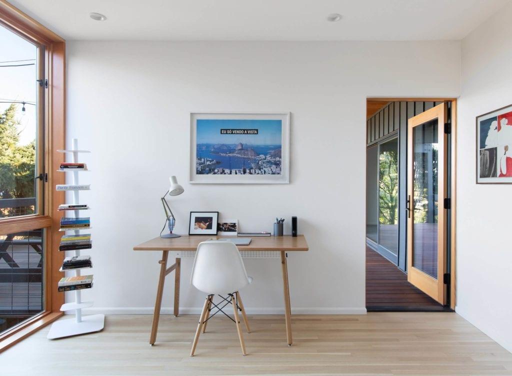 biurko-biały-pokój-inspiracje-przytulne-wętrze