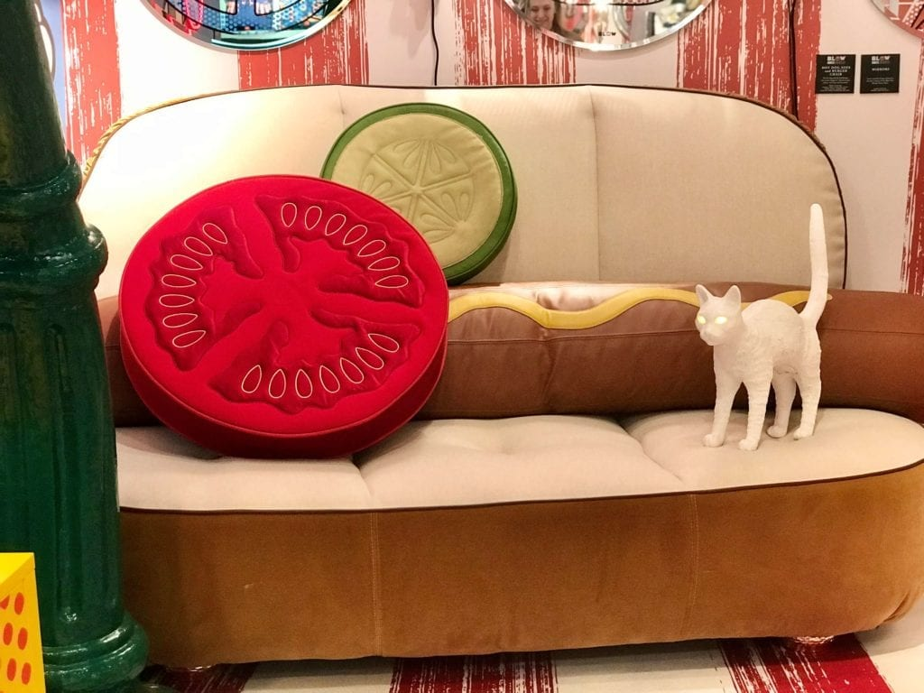 Kanapa-w-kształcie-hot-doga-inspiracje-pop-art-awangarda-abstrakcja-inspiracje-wnętrza-2020
