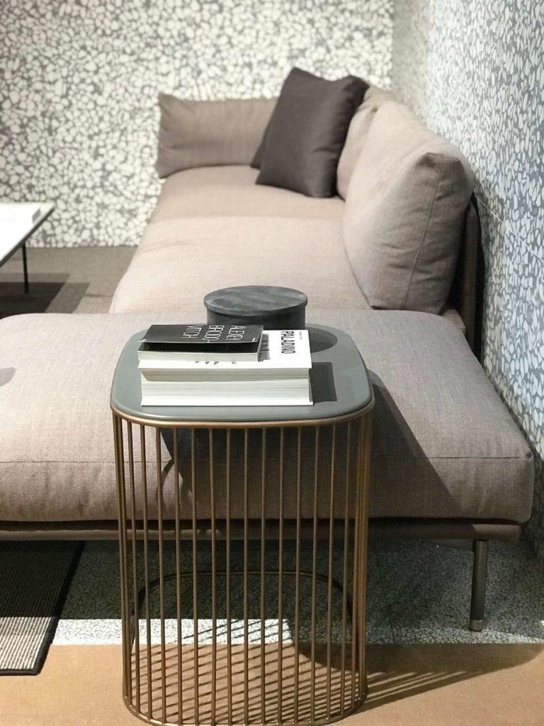 ściana-lastryko-inspiracje-wnętrze-kanapa-stolik-kawowy